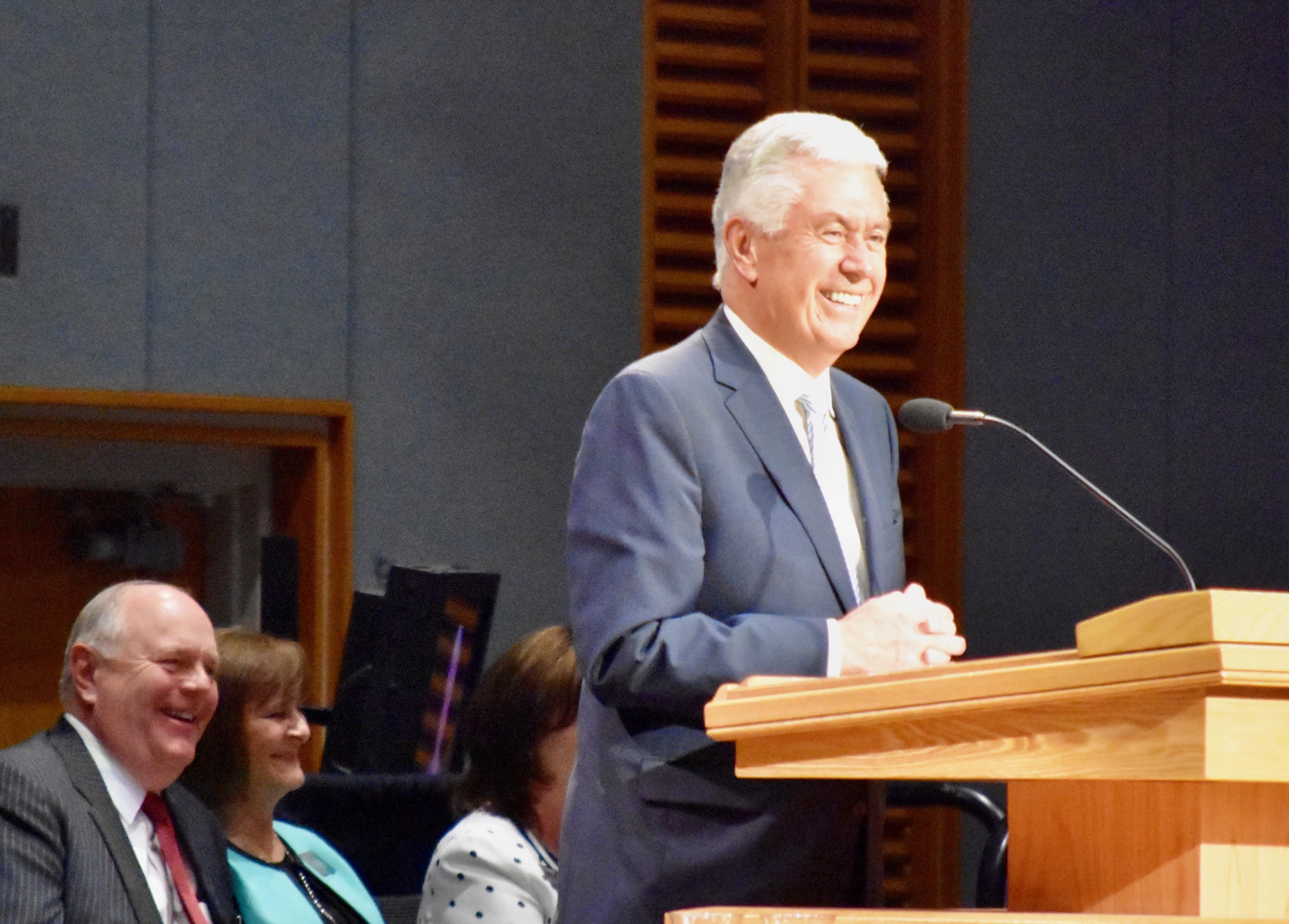El élder Dieter F. Uchtdorf habla a los misioneros en un devocional en el Centro de Capacitación Misional de Provo, el 5 de noviembre de 2019.