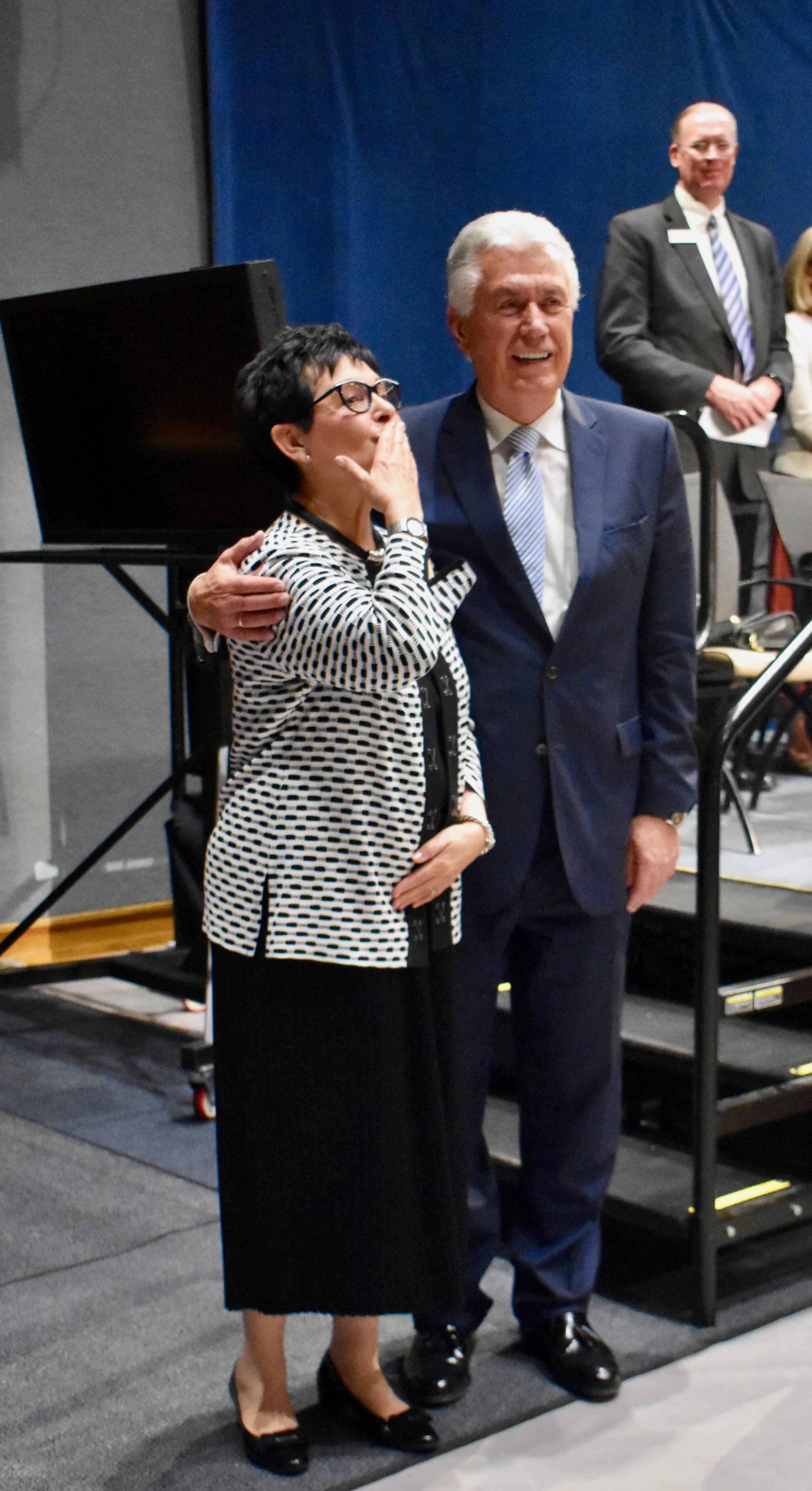 La hermana Harriet Uchtdorf envía un beso en el aire para los misioneros luego del devocional con su esposo, el élder Dieter F. Uchtdorf, el 5 de noviembre de 2019, en el Centro de Capacitación Misional de Provo.