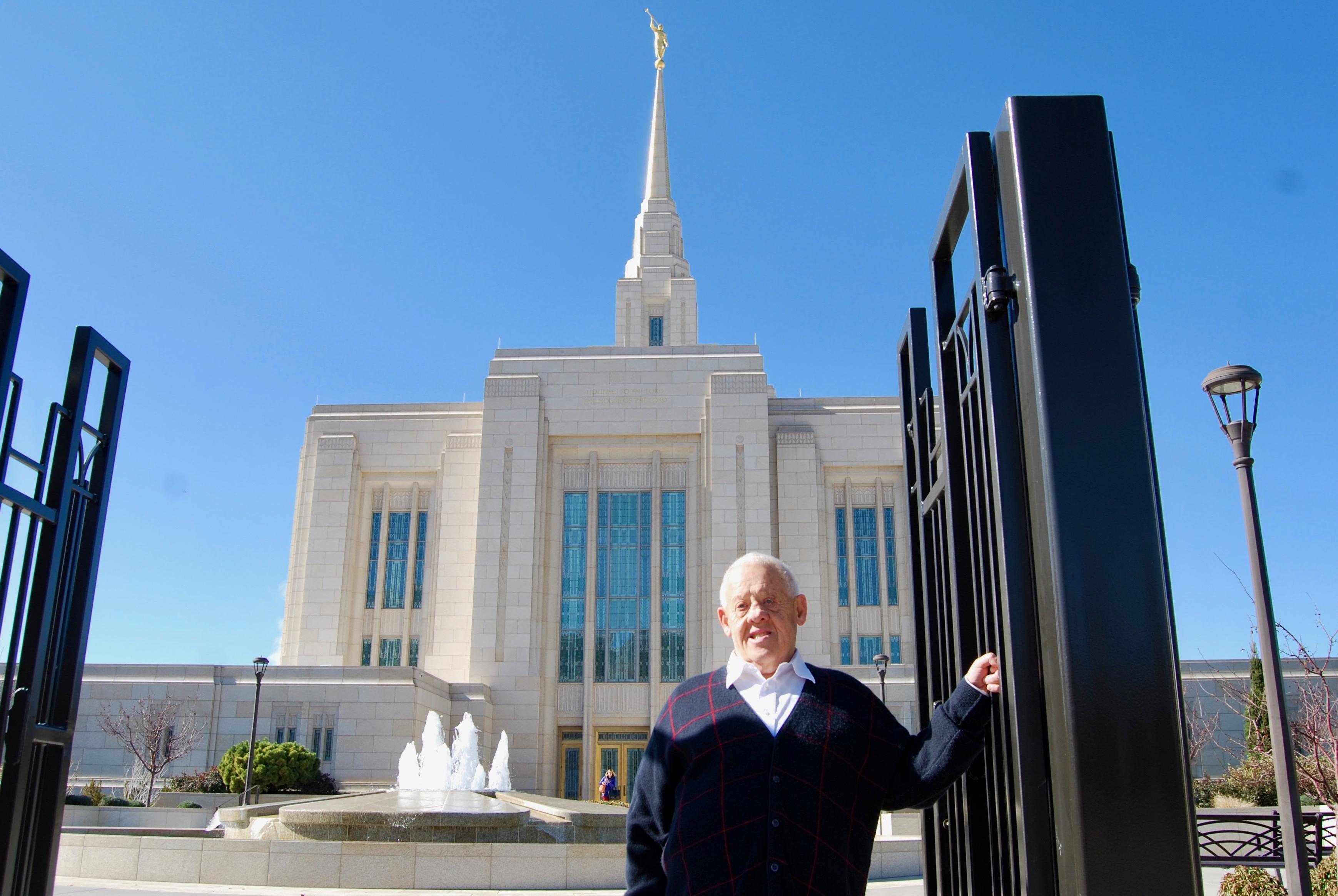 Dennis Preece en la puerta del Templo de Ogden Utah, el miércoles 30 de octubre de 2019.