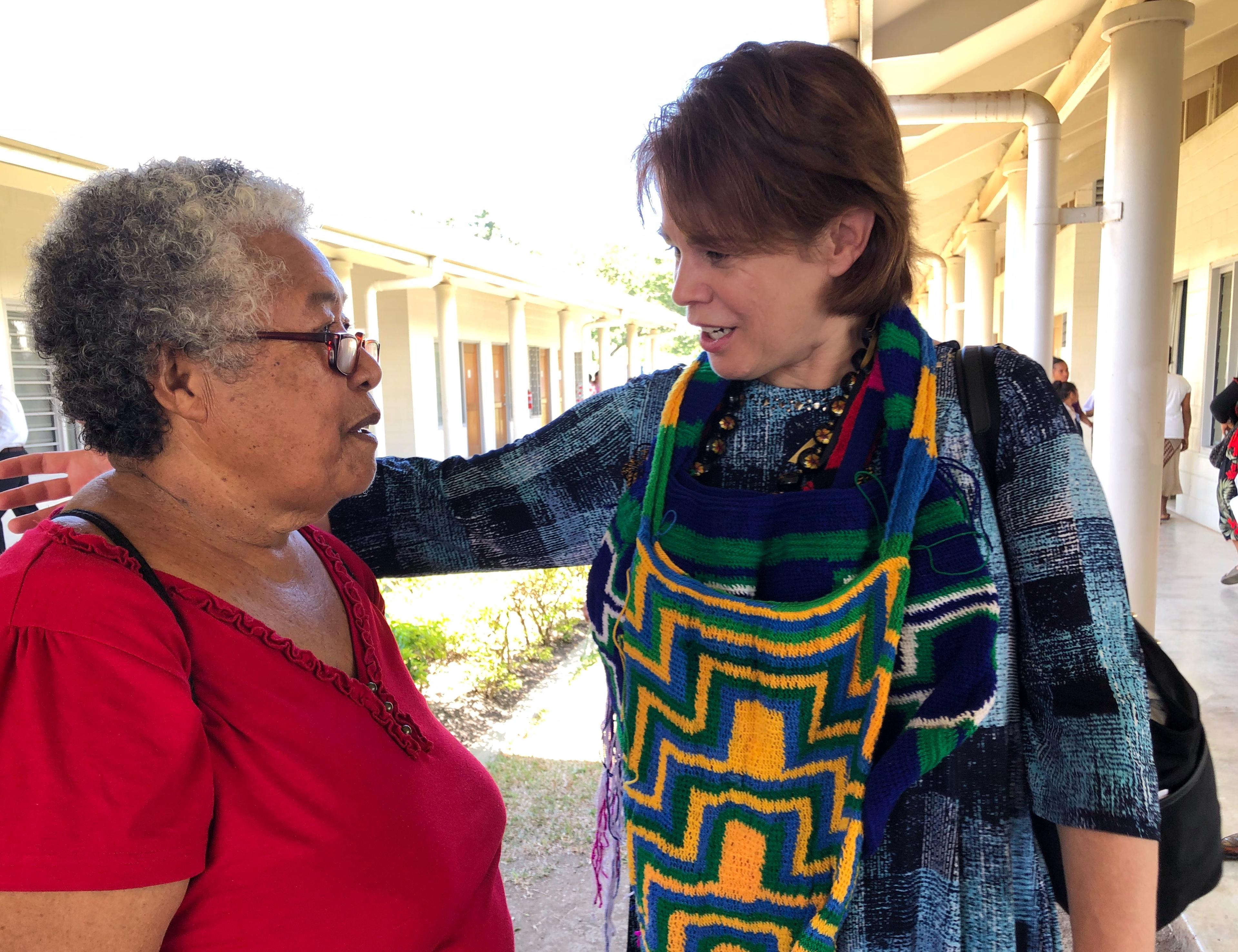 La hermana Sharon Eubank saluda a una miembro en Papúa Nueva Guinea durante una visita al Área Pacífico en octubre de 2019.