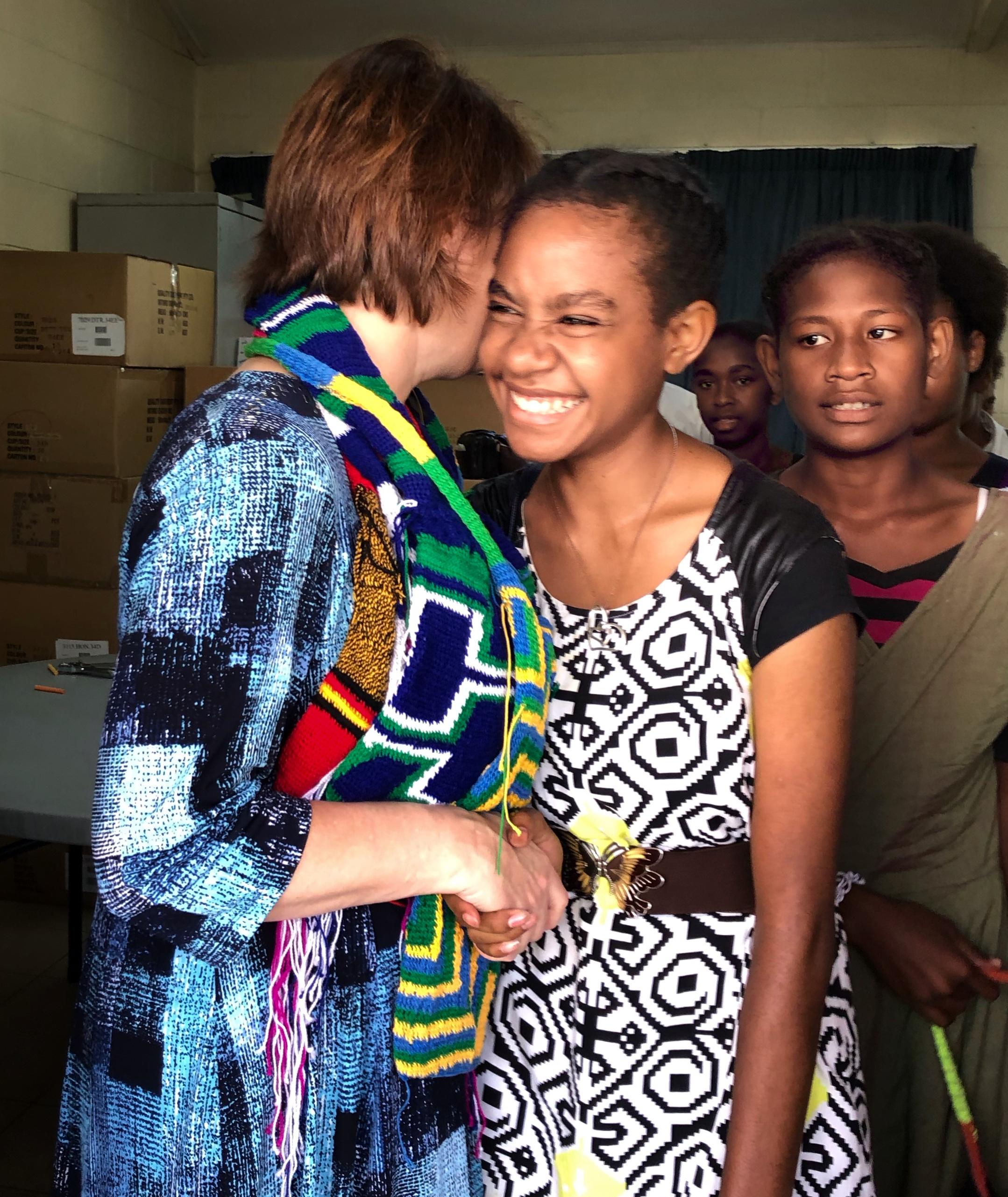 La hermana Sharon Eubank saluda a miembros de la Estaca Puerto Moresby Papúa Nueva Guinea y de los distritos Gerehu y Rigo de Papúa Nueva Guinea durante una visita al Área Pacífico, en octubre de 2019.
