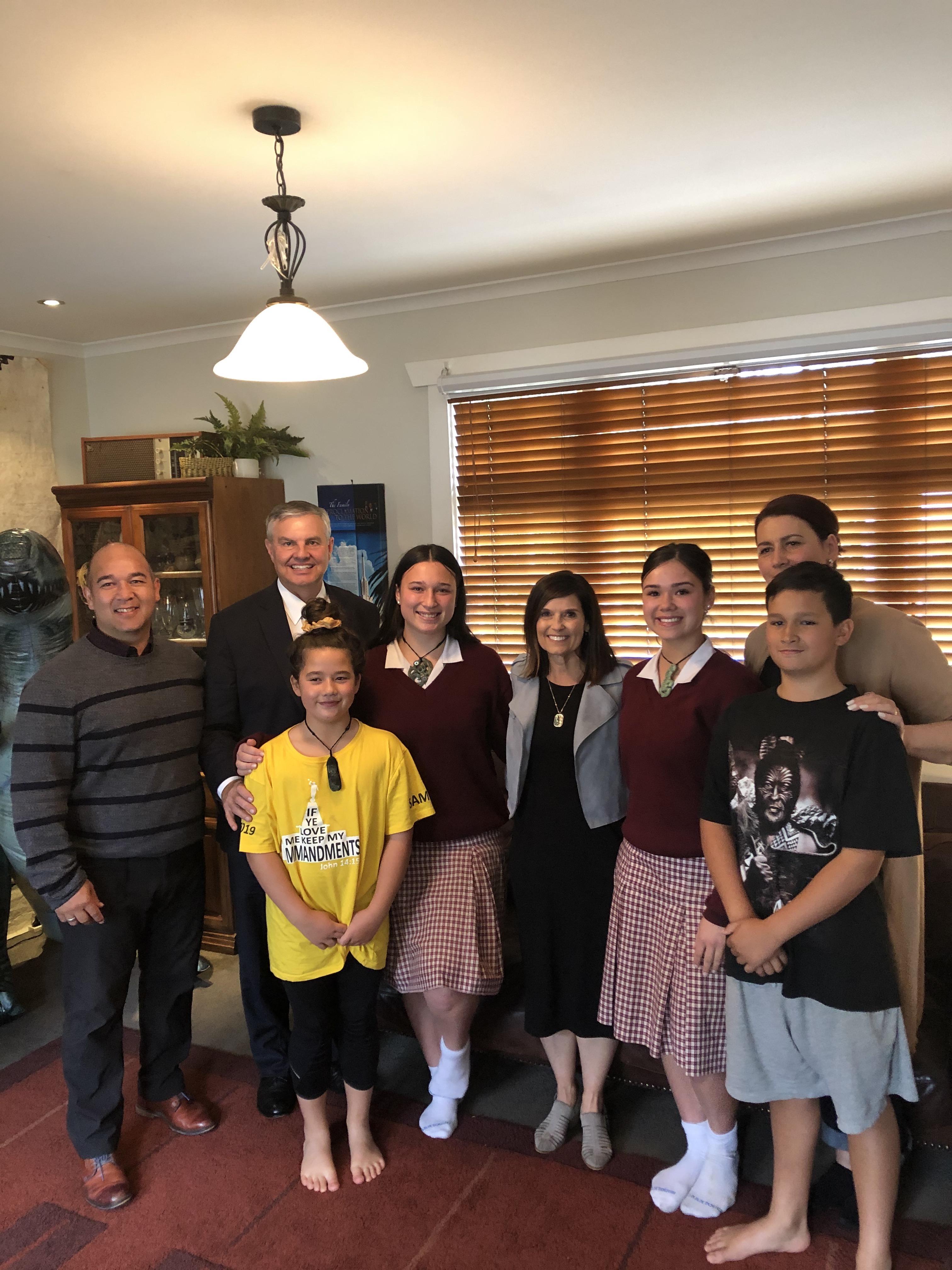 La hermana Becky Craven (centro) y su esposo, el hermano Ron Craven (segundo a la izquierda), posan con una familia Santo de los Últimos Días de Christchurch, Nueva Zelanda, en una visita de ministración a la casa de la familia durante el viaje de la hermana Craven al Área Pacífico, en octubre de 2019.