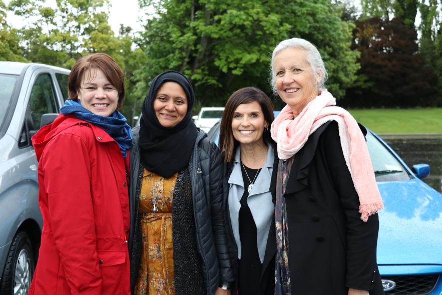 De izquierda a derecha: la hermana Sharon Eubank, la Dra. Hafsa Ahmed, la hermana Becky Craven y la hermana Noeline Odgers posan para una fotografía luego de un recorrido por la Mezquita Al Noor en Christchurch, Nueva Zelanda, en octubre de 2019. Lincoln Reid