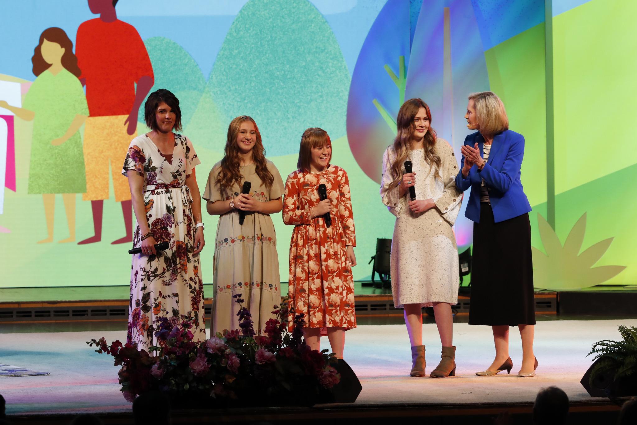 Mujeres jóvenes suben al escenario junto a la hermana Bonnie H. Cordon, presidenta general de las Mujeres Jóvenes, durante un evento Cara a Cara sobre el nuevo programa para Niños y Jóvenes en el Tabernáculo de Salt Lake City, el 17 de noviembre.