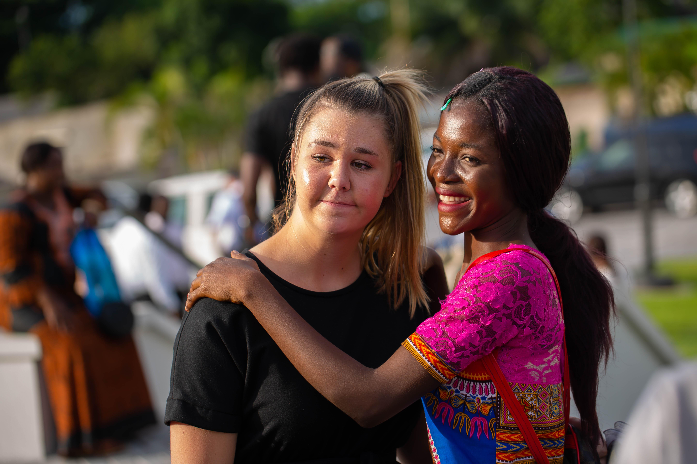 Dos mujeres jóvenes se dan un abrazo previo a un devocional de jóvenes en Kinshasa, República Democrática del Congo.