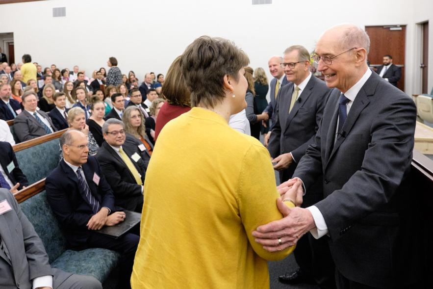 El presidente Henry B. Eyring y el élder Gary E. Stevenson saludan a los líderes locales del sacerdocio el 16 de nov. de 2019. Conferencia de liderazgo de Charlotte, Carolina del Norte.