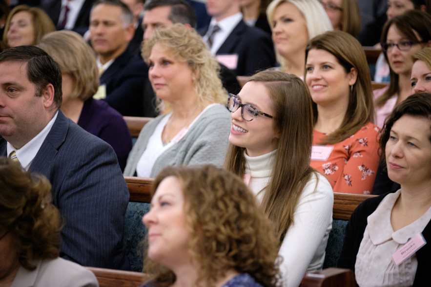 Los participantes de la conferencia de liderazgo de Charlotte, Carolina del Norte el 16 de nov. de 2019 disfrutan el consejo que ofrecieron el presidente Henry B. Eyring y otras Autoridades Generales.