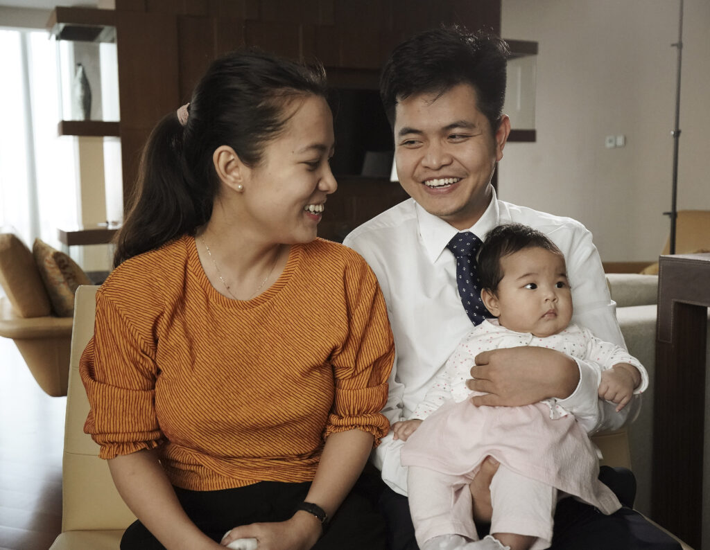 Quang Cao y su esposa, Nhung Pham, con su bebé, Han, hablan sobre su conversión en Hanói, Vietnam, el domingo 17 de noviembre de 2019.