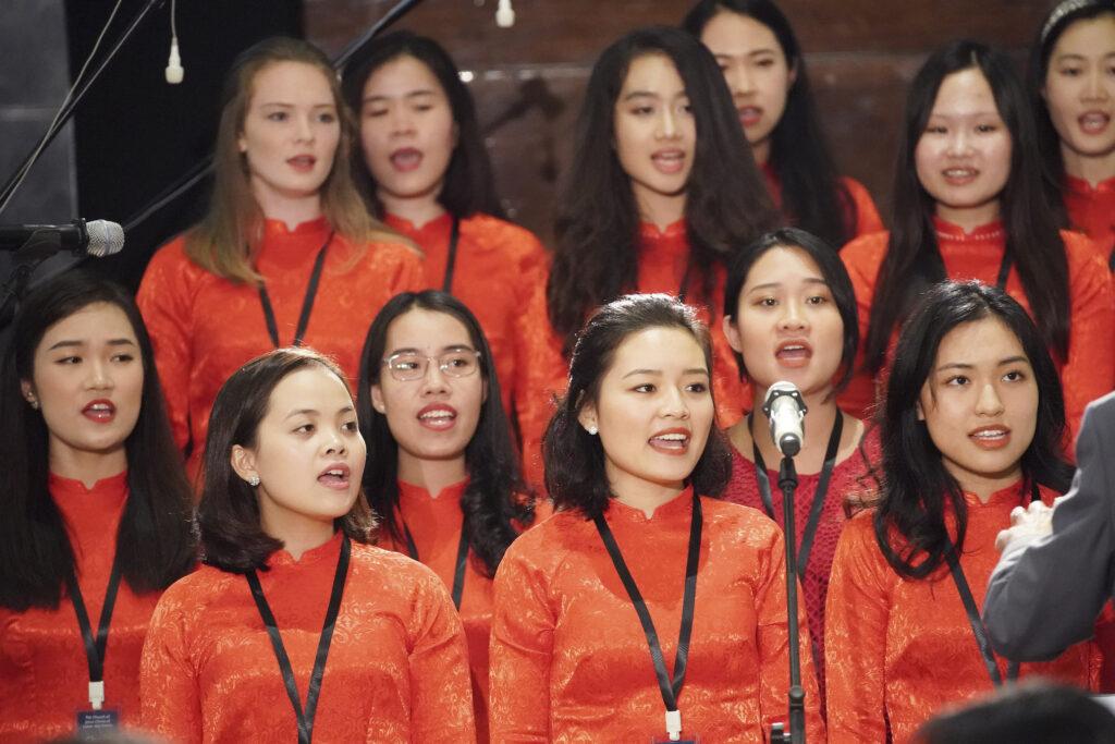 Un coro canta durante un devocional en Hanói, Vietnam, el domingo 17 de noviembre de 2019.