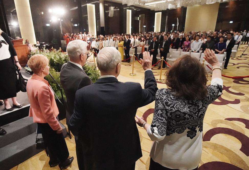 El presidente Russell M. Nelson, de La Iglesia de Jesucristo de los Santos de los Últimos Días, y su esposa, la hermana Wendy Nelson, junto con el élder D. Todd Christofferson, del Cuórum de los Doce Apóstoles de La Iglesia de Jesucristo de los Santos de los Últimos Días, y su esposa, la hermana Kathy Christofferson, saludan a los participantes luego de un devocional en Hanói, Vietnam, el domingo 17 de noviembre de 2019.