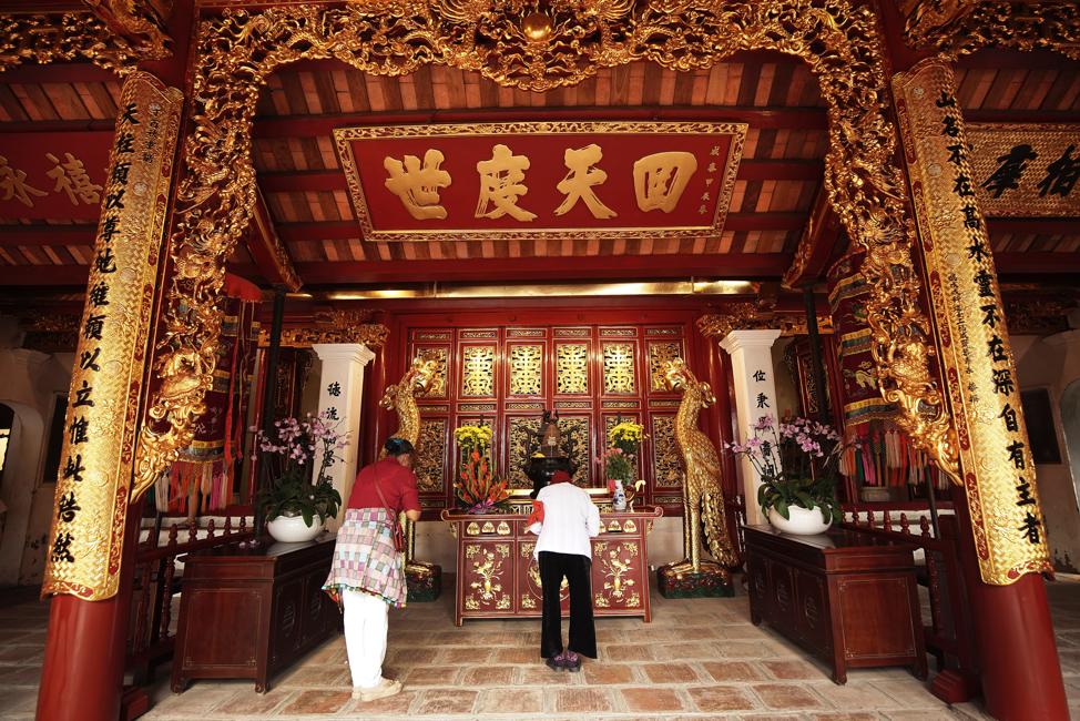 Dos personas locales oran en el Templo Ngoc Son en Hanói, Vietnam, el domingo 17 de noviembre de 2019.