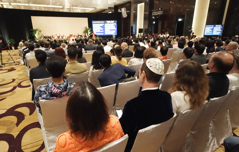 Los participantes prestan atención durante un devocional en Hanói, Vietnam, el domingo 17 de noviembre de 2019.