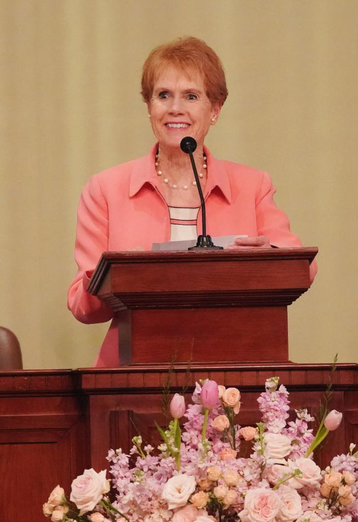 La hermana Kathy Christofferson habla en Hanói, Vietnam, el domingo 17 de noviembre de 2019.