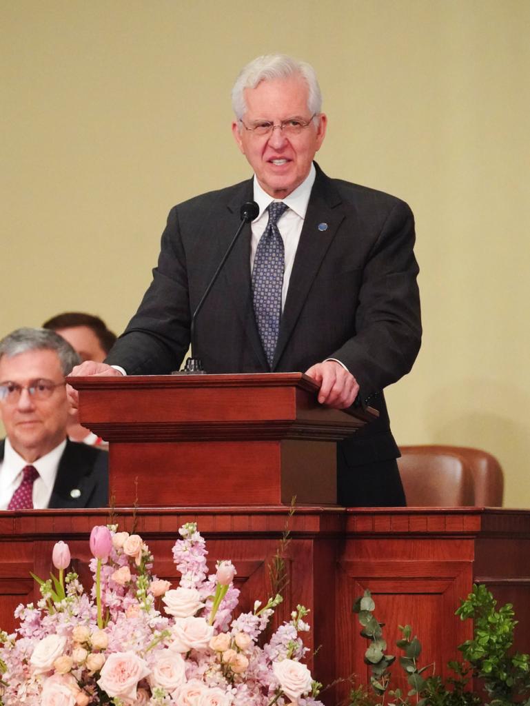El élder D. Todd Christofferson, del Cuórum de los Doce Apóstoles de La Iglesia de Jesucristo de los Santos de los Últimos Días, habla en Hanói, Vietnam, el domingo 17 de noviembre de 2019.