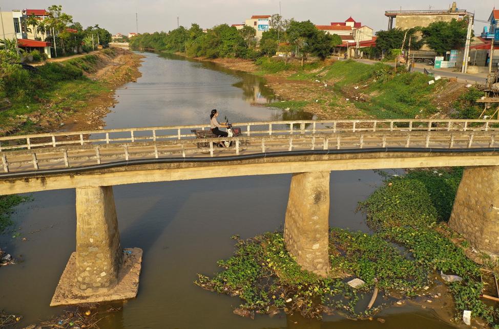 Una motociclista viaja a través de un puente en Hanói, Vietnam, el sábado 16 de noviembre de 2019.