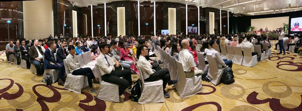El presidente Russell M. Nelson, de La Iglesia de Jesucristo de los Santos de los Últimos Días, habla en un devocional en Hanói, Vietnam, el domingo 17 de noviembre de 2019.