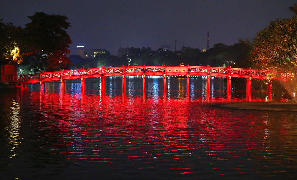 El puente del Templo Ngoc Son iluminado, en Hanói, Vietnam, el 23 de abril de 2018.