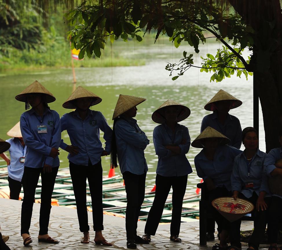 Los guías esperan a los turistas en la aldea aborigen de Tràng An, Ninh Binh, Vietnam, el 23 de abril de 2018.