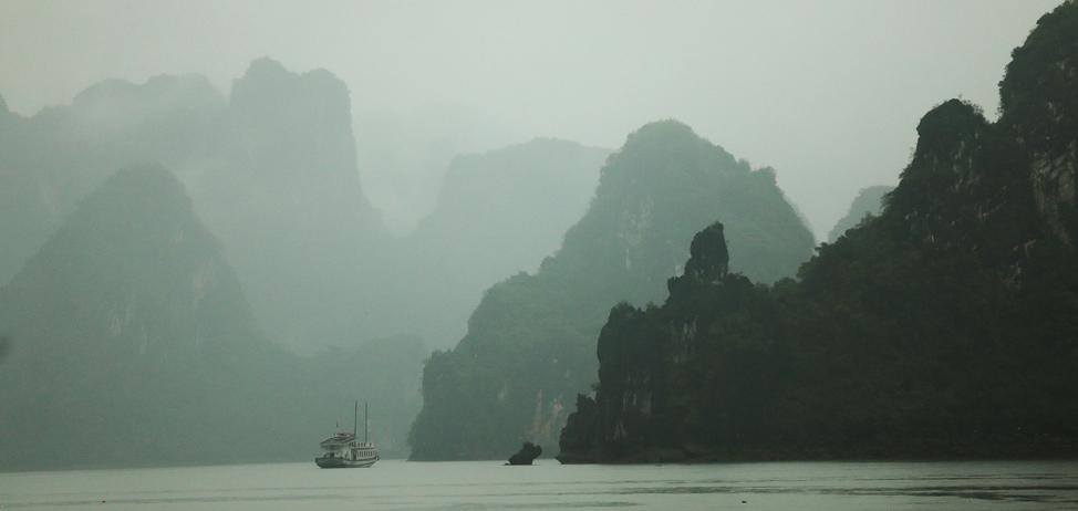 Un barco de recorridos turísticos navega en la Bahía de Ha Long en Vietnam, el 23 de abril de 2018.