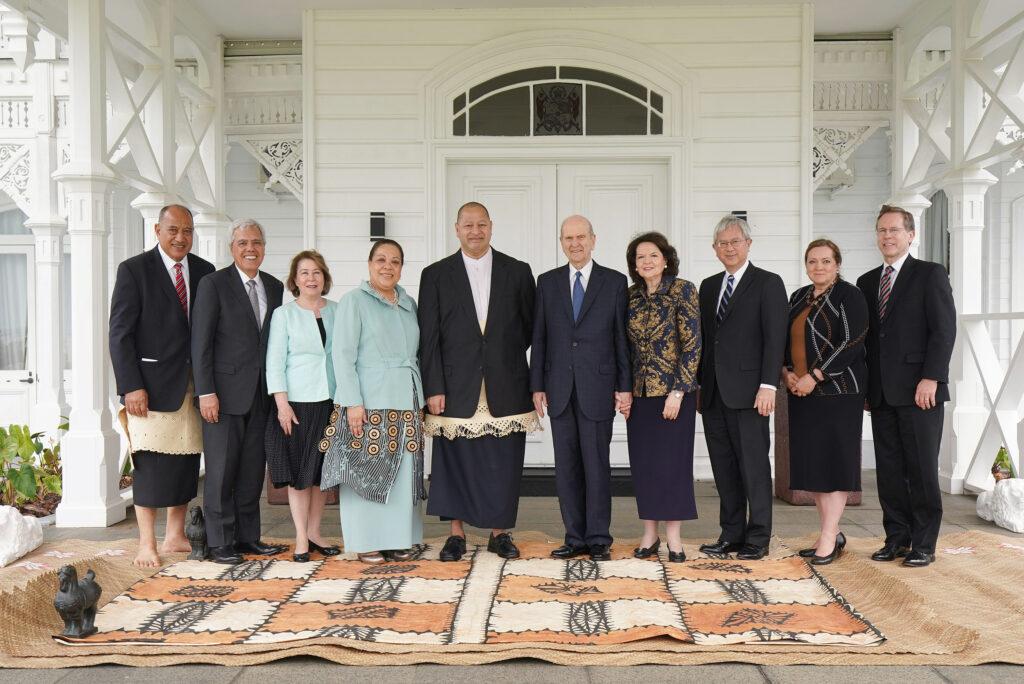 Presidente Russell M. Nelson, de La Iglesia de Jesucristo de los Santos de los Últimos Días, y su esposa, la hermana Wendy Nelson, se reúnen con 'Aho'eitu Tupou VI, Rey de Tonga, y con su real majestad la Reina Nanasipauʻu Vaea, en el Palacio Real de Tonga, el 23 de mayo de 2019. En la fotografía están también élder Gerrit W. Gong, del Cuórum de los Doce Apóstoles de La Iglesia de Jesucristo de los Santos de los Últimos Días, y su esposa, la hermana Susan Gong, y el élder O. Vincent Halleck y su esposa, la hermana Peggy Halleck.