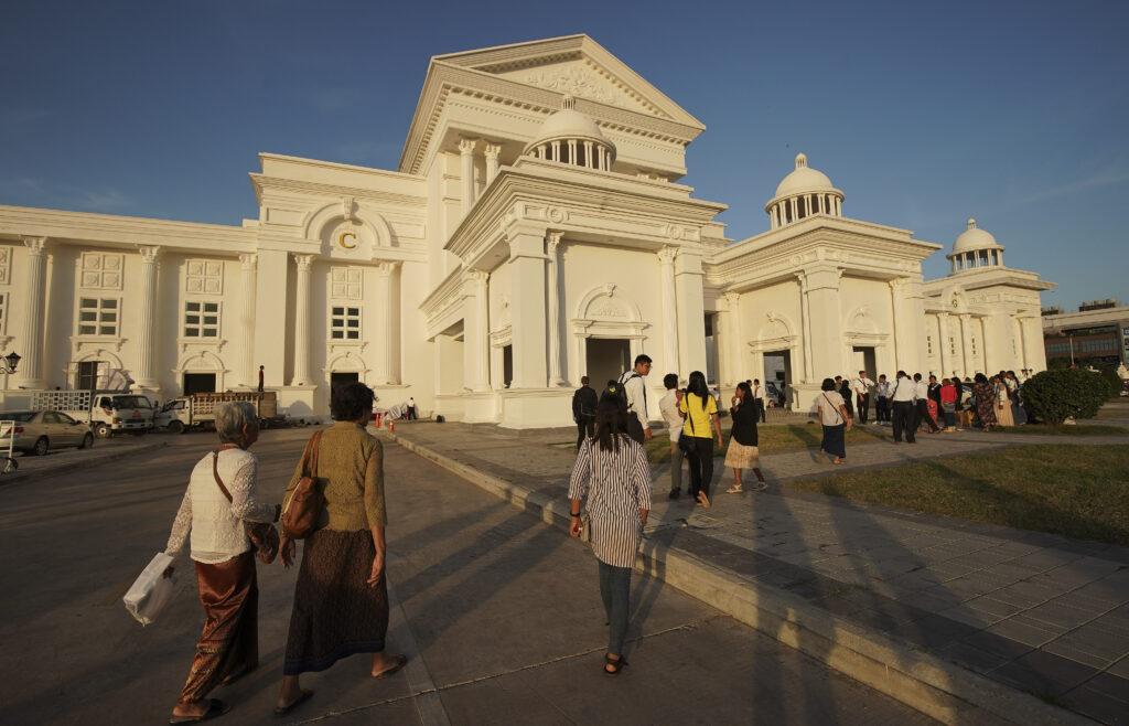 Los participantes ingresan al Premier Centre Sen Sok para un devocional de La Iglesia de Jesucristo de los Santos de los Últimos Días en Nom Pen, Camboya, el 19 de noviembre de 2019.