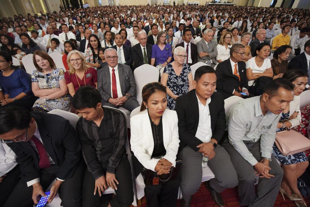 Los participantes prestan atención durante un devocional de La Iglesia de Jesucristo de los Santos de los Últimos Días en Nom Pen, Camboya, el 19 de noviembre de 2019.