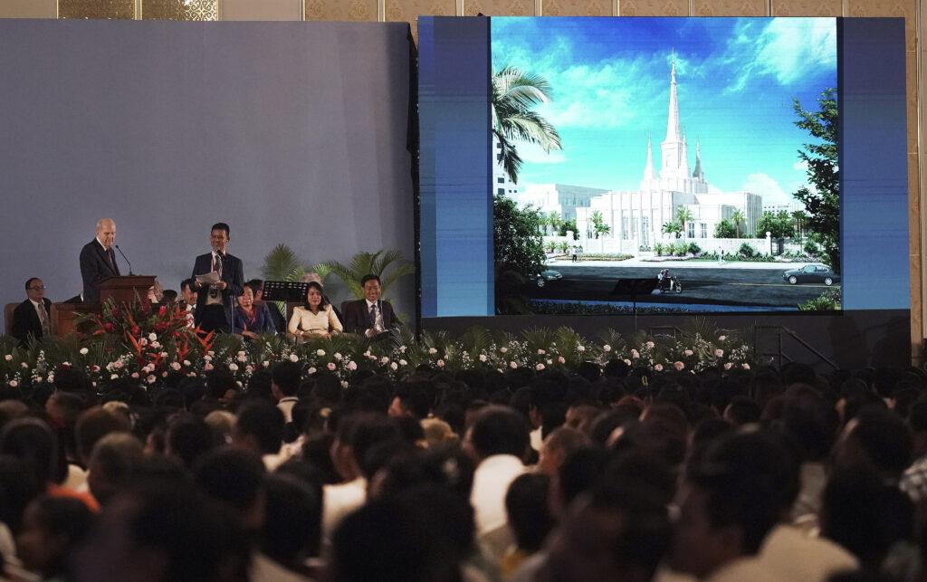 El presidente Russell M. Nelson, de La Iglesia de Jesucristo de los Santos de los Últimos Días, muestra una representación artística del Templo de Nom Pen Camboya durante un devocional en Nom Pen, Camboya, el 19 de noviembre de 2019.