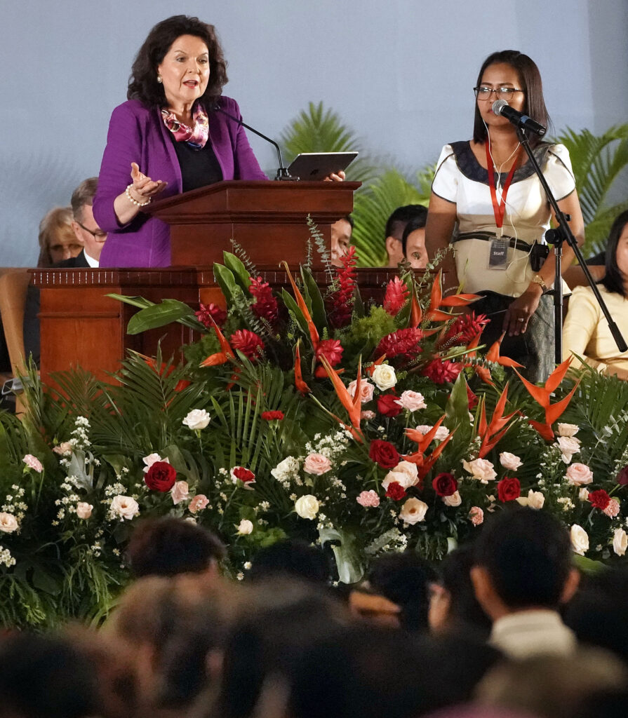 La hermana Wendy Nelson (izquierda), habla por medio de una intérprete durante un devocional de La Iglesia de Jesucristo de los Santos de los Últimos Días en Nom Pen, Camboya, el martes 19 de noviembre de 2019.