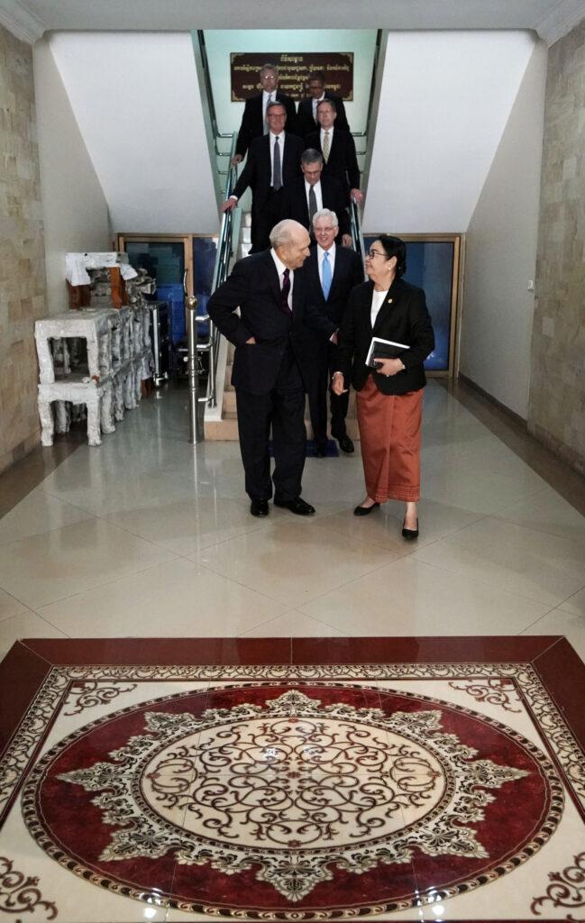 El presidente Russell M. Nelson, de La Iglesia de Jesucristo de los Santos de los Últimos Días, habla con Sopheak Thavy, secretaria de estado en el Ministerio de Relaciones e Inspección de la Asamblea Nacional y el Senado, en Nom Pen, Camboya, el martes 19 de noviembre de 2019.