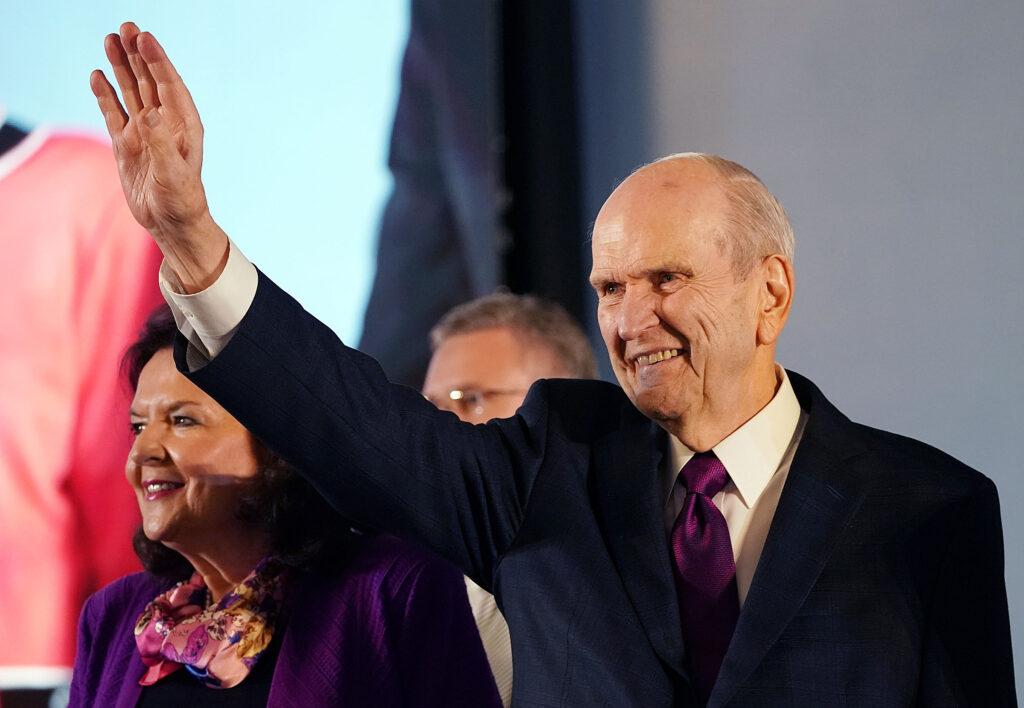 El presidente Russell M. Nelson, de La Iglesia de Jesucristo de los Santos de los Últimos Días, y su esposa, la hermana Wendy Nelson, saludan a los participantes al comienzo de un devocional en Nom Pen, Camboya, el martes 19 de noviembre de 2019.