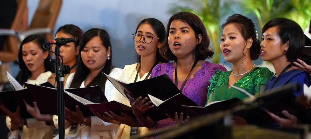 Los miembros de un coro cantan al comienzo de un devocional con el presidente Russell M. Nelson, de La Iglesia de Jesucristo de los Santos de los Últimos Días, en Nom Pen, Camboya, el 19 de noviembre de 2019.