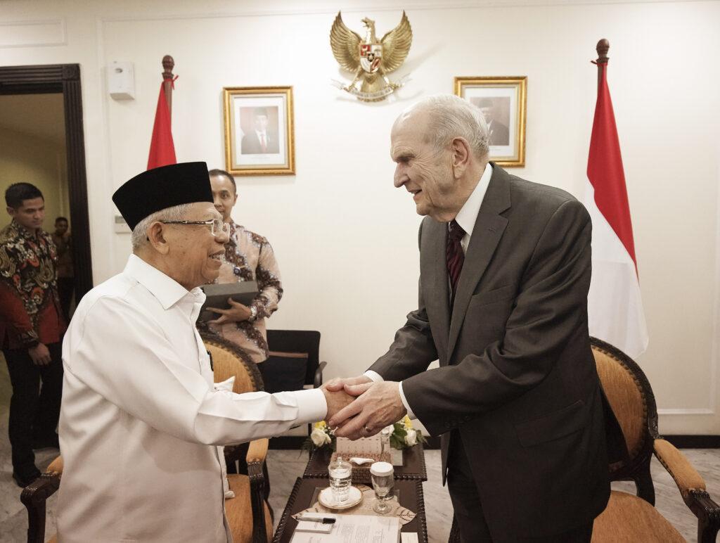 El presidente Russell M. Nelson, de La Iglesia de Jesucristo de los Santos de los Últimos Días, saluda con la mano a Ma'ruf Amin, vicepresidente de Indonesia, en Yakarta, Indonesia, el 21 de noviembre de 2019.