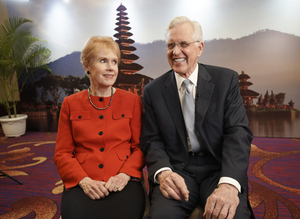 El élder D. Todd Christofferson, del Cuórum de los Doce Apóstoles de La Iglesia de Jesucristo de los Santos de los Últimos Días, y su esposa, la hermana Kathy Christofferson, sonríen durante una entrevista en Yakarta, Indonesia, el 21 de noviembre de 2019.