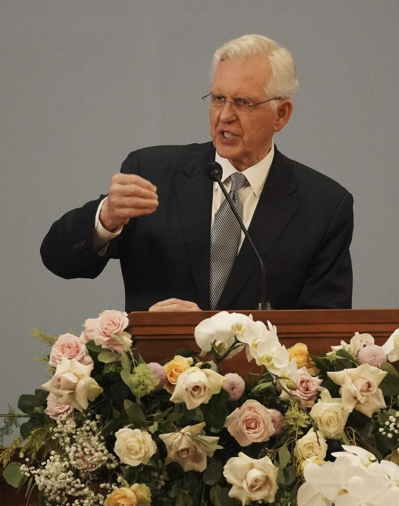 El élder D. Todd Christofferson, del Cuórum de los Doce Apóstoles de La Iglesia de Jesucristo de los Santos de los Últimos Días, habla en un devocional en Yakarta, Indonesia, el 21 de noviembre de 2019.