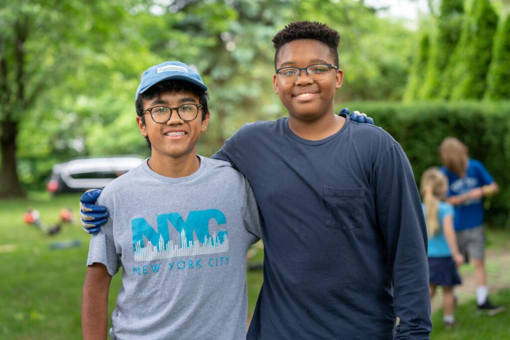 Dos hombres jóvenes de pie sonriendo en Columbus, Ohio. La Iglesia publicó recientemente un lema para los cuórums del Sacerdocio Aarónico.
