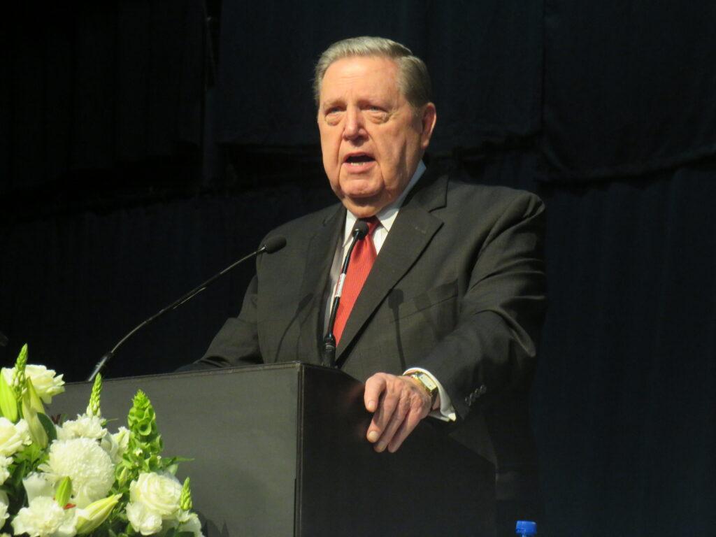 El élder Jeffrey R. Holland, del Cuórum de los Doce Apóstoles, habla durante una conferencia multiestaca en el Centro de Convenciones Gallagher cerca de Johannesburgo, Sudáfrica, el domingo 10 de noviembre de 2019.