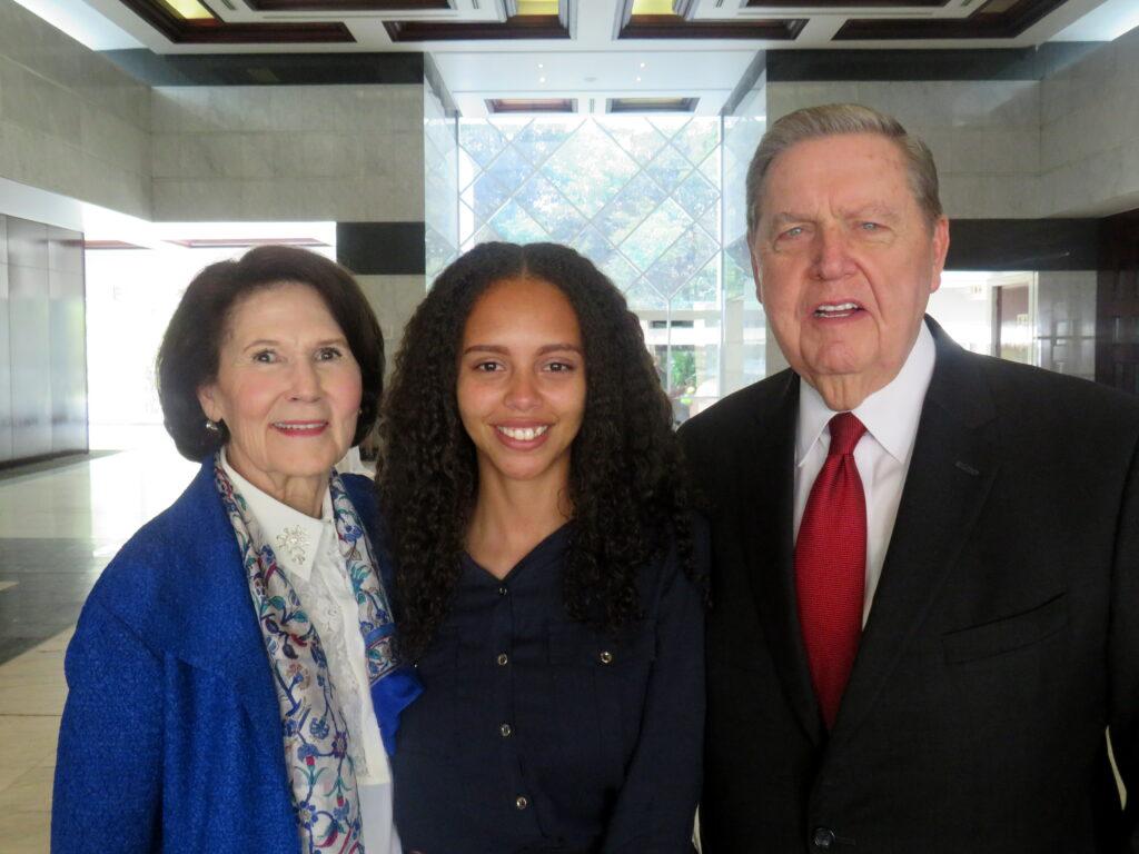 La hermana Patricia Holland (izquierda) y el élder Jeffrey R. Holland (derecha) con Judith Mahlangu (al medio), una misionera retornada recientemente, luego de una conferencia multiestaca en el Centro de Convenciones Gallagher cerca de Johannesburgo, Sudáfrica, el domingo 10 de noviembre de 2019.