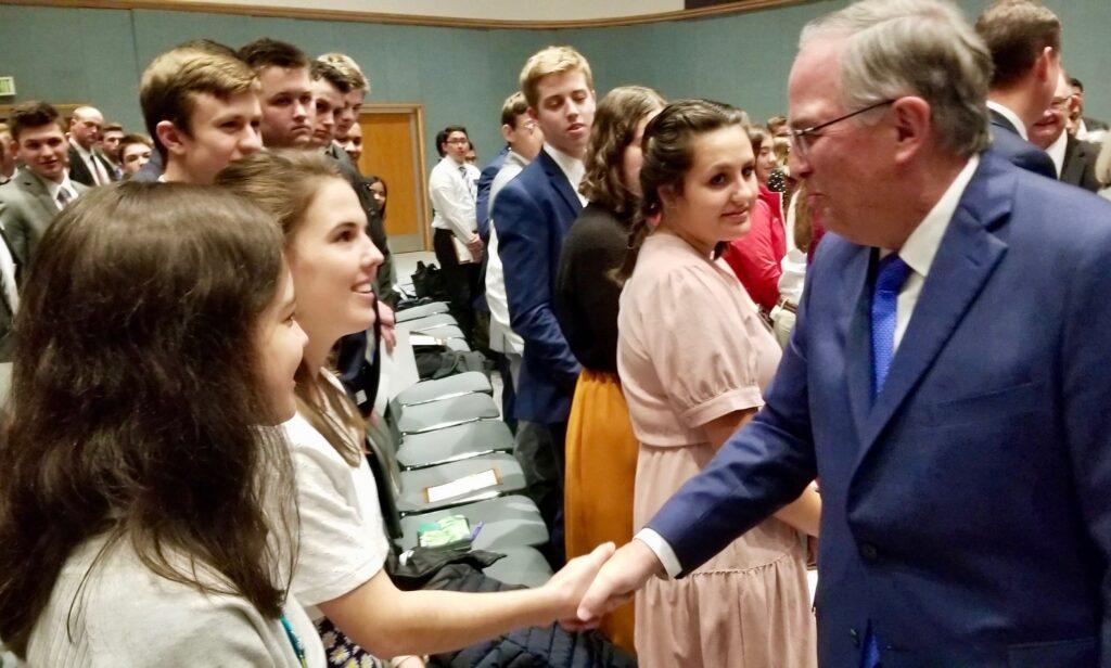 El élder Neil L. Andersen, del Cuórum de los Doce Apóstoles, saluda a los misioneros luego de un devocional del Día de Acción de Gracias en el Centro de Capacitación Misional de Provo, el 28 de noviembre de 2019, en Provo, Utah.