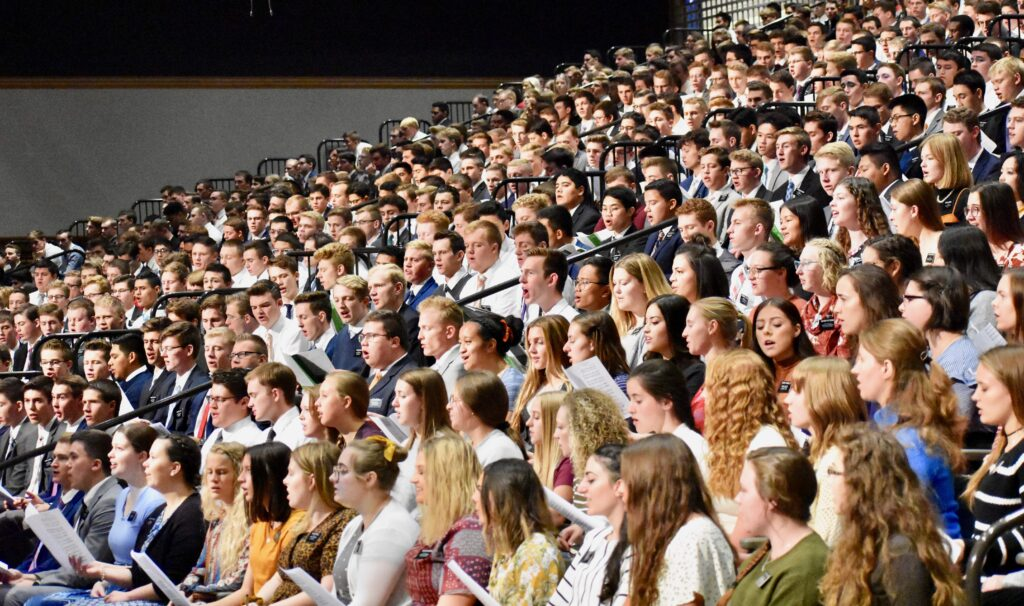 El coro del Centro de Capacitación Misional de Provo canta durante un devocional del Día de Acción de Gracias con el élder Neil L. Andersen, el 28 de noviembre de 2019, en Provo, Utah.