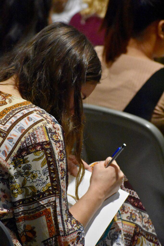 Un misionero toma notas durante un devocional del Día de Acción de Gracias con el élder Neil L. Andersen, del Cuórum de los Doce Apóstoles, en el Centro de Capacitación Misional de Provo, el 28 de noviembre de 2019, en Provo, Utah.