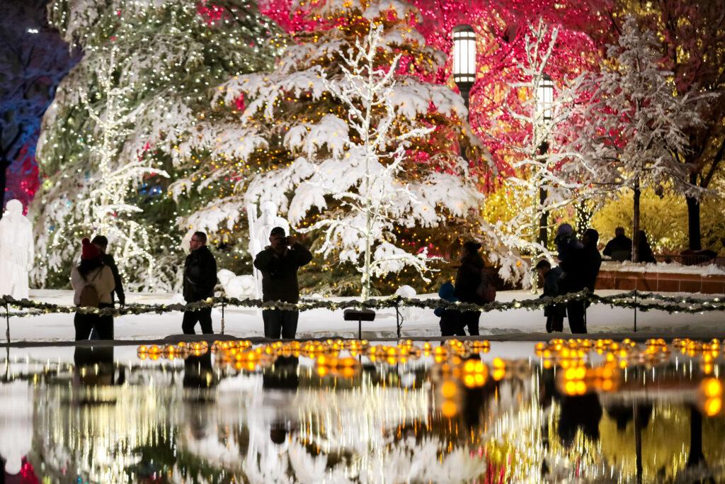 Visitantes disfrutan de la primera noche del encendido anual de las luces Navideñas en la Manzana del Templo, en Salt Lake City, Utah, el viernes 29 de noviembre de 2019.