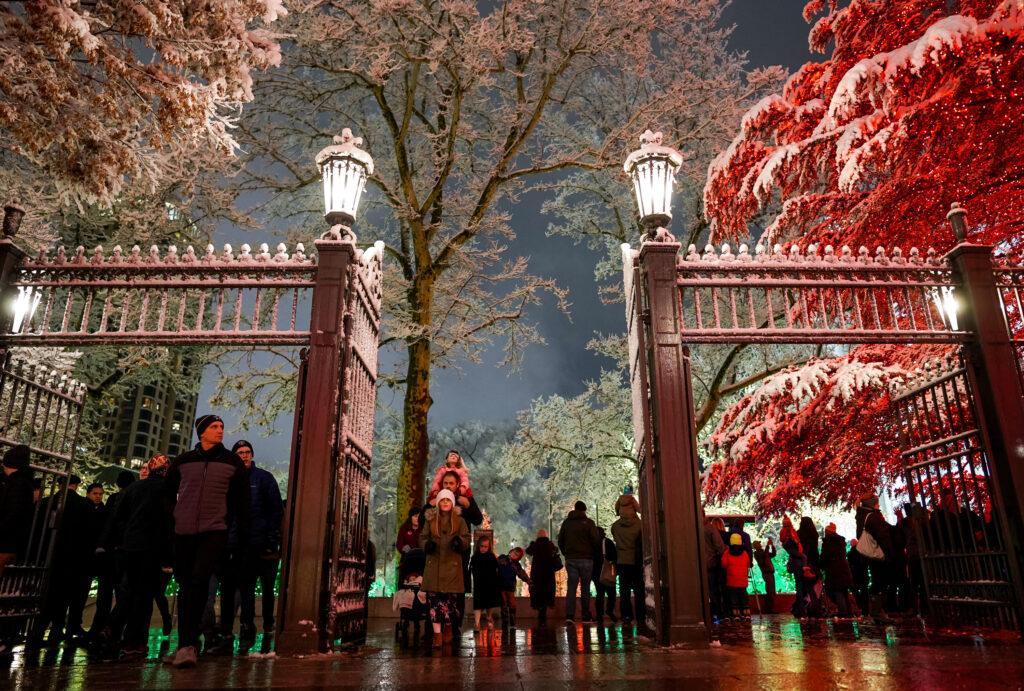 Las puertas de la Manzana del Templo cubiertas de nieve al tiempo que las personas disfrutan la primera noche del encendido anual de las luces Navideñas en la Manzana del Templo, en Salt Lake City, el viernes 29 de noviembre de 2019.