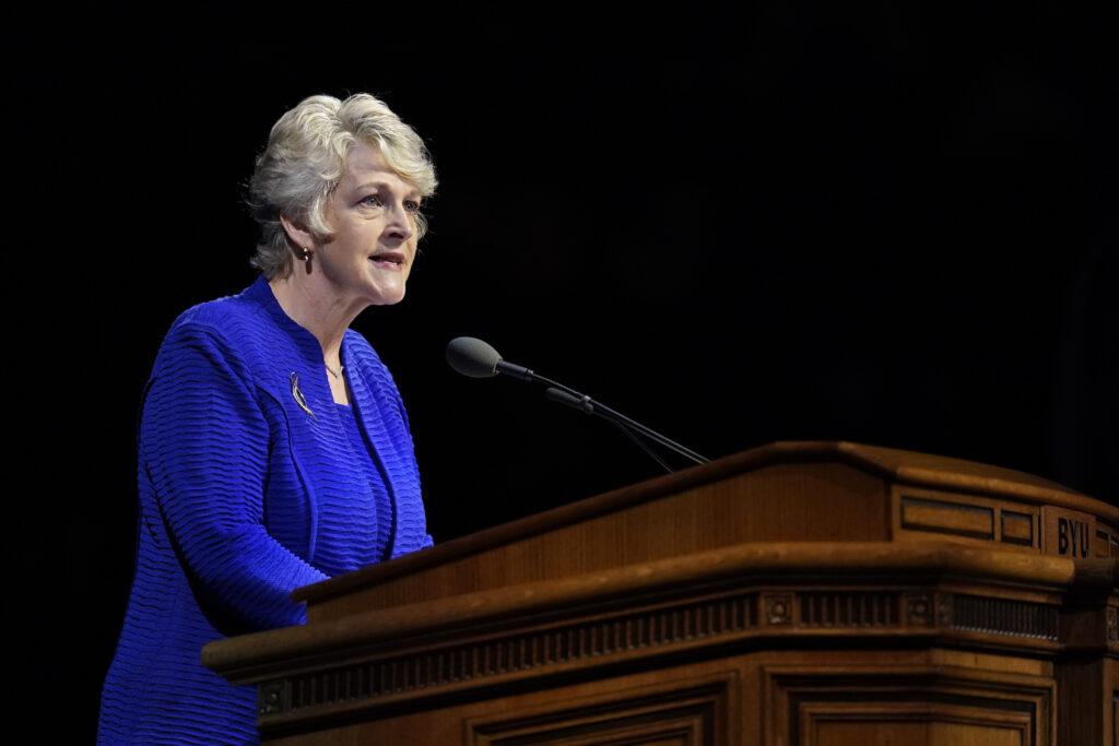 La hermana Ruth Renlund habla durante el devocional del campus de BYU llevado a cabo en el Marriott Center en Provo, Utah, el 3 de diciembre de 2019.