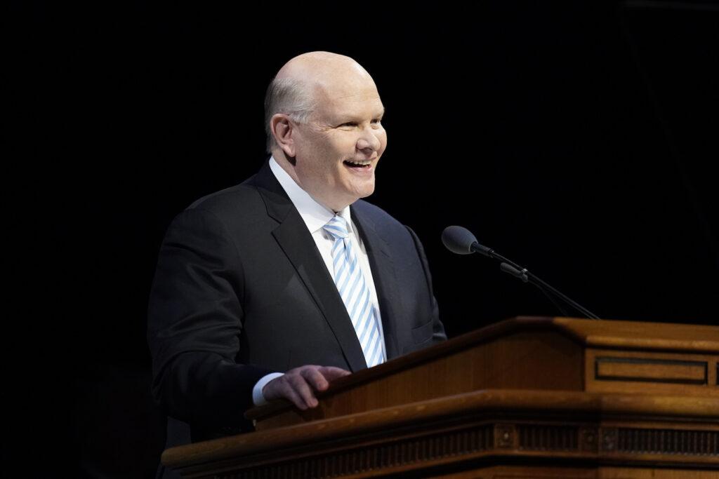 El élder Dale G. Renlund, del Cuórum de los Doce Apóstoles, habla durante el devocional del campus de BYU en el Marriott Center en Provo, Utah, el 3 de diciembre de 2019.