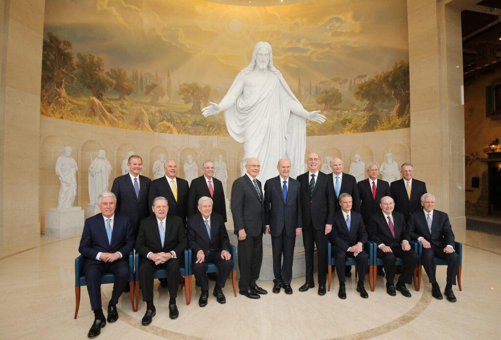 La Primera Presidencia y el Cuórum de los Doce Apóstoles se reúnen para una fotografía en frente de las estatuas del Cristo y de los apóstoles originales en el Centro de Visitantes del Templo de Roma Italia, el 11 de marzo de 2019.