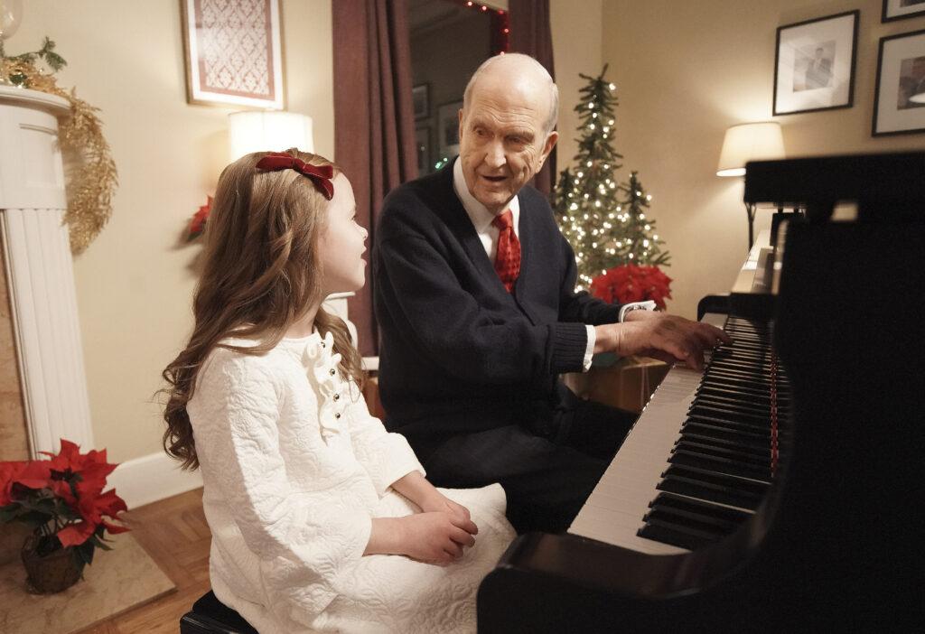 Presidente Russell M. Nelson, de La Iglesia de Jesucristo de los Santos de los Últimos Días, toca el piano mientras Claire Crosby canta, en Salt Lake City, el 6 de diciembre de 2019.