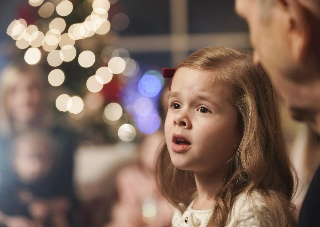 Claire Crosby canta acompañada por el presidente Russell M. Nelson, de La Iglesia de Jesucristo de los Santos de los Últimos Días, en Salt Lake City, el 6 de diciembre de 2019.