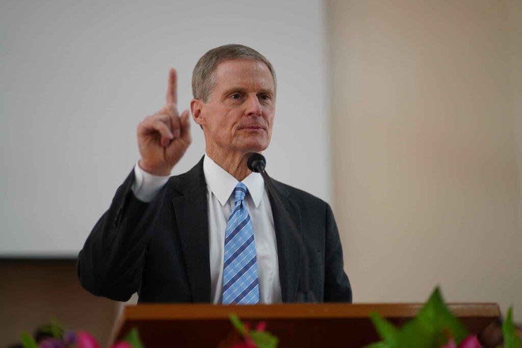 El élder David A. Bednar habla en un devocional para jóvenes en Nicaragua en noviembre del 2019.