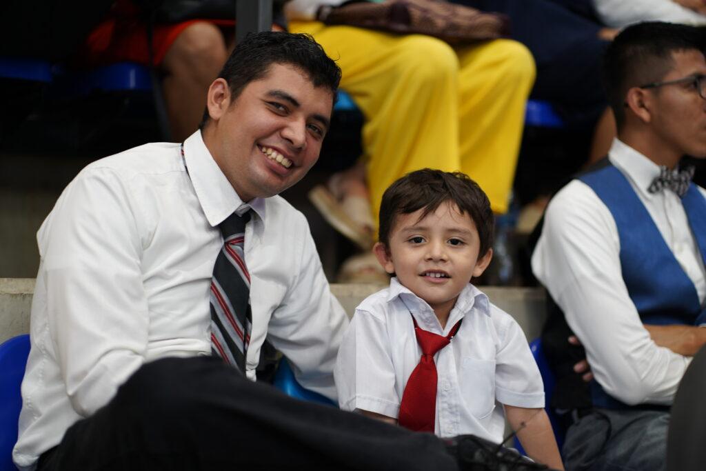 Los miembros se reúnen para participar de un devocional en Managua, Nicaragua en noviembre del 2019.