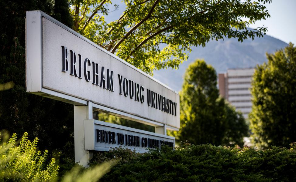 Un letrero a la entrada de la Universidad Brigham Young, en Provo, Utah.